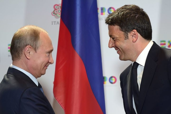 2015-06-10 13:33:30 Russian President Vladimir Putin (L) shakes hands with Italian Prime Minister Matteo Renzi at the end of their press conference following a meeting and a visit at the Expo Milano 2015, the universal exhibition, on June 10, 2015 in Milan. AFP PHOTO / OLIVIER MORIN