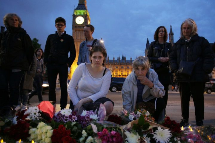 2016-06-16 20:52:52 People place floral tributes and candles to slain Labour MP Jo Cox at a vigil in Parliament square in London on June 16, 2016. Cox died today after a shock daylight street attack, throwing campaigning for the referendum on Britain's membership of the European Union into disarray just a week before the crucial vote. / AFP PHOTO / DANIEL LEAL-OLIVAS