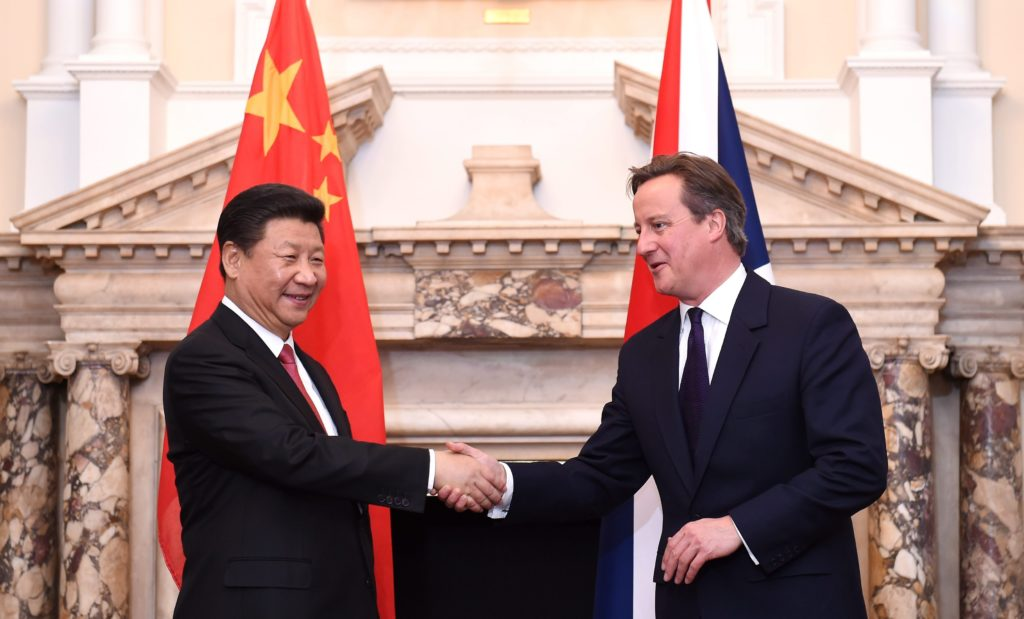 2015-10-21 16:18:14 epa04987333 Britain's Prime Minister, David Cameron (R) shakes hand with Chinese President Xi Jinping (L) during the UK-China Business Summit at Mansion House in central London, England, 21 October 2015. President Xi Jinping arrived in Britain on 19 October 2015 for a three-day state visit. This is the first state visit to Britain by a Chinese leader since 2005. EPA/FACUNDO ARRIZABALAGA / POOL