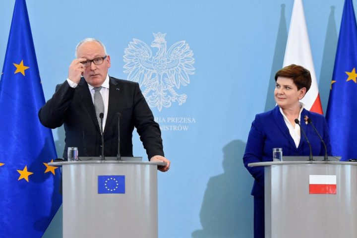 2016-05-24 00:00:00 epa05326868 Polish Prime Minister Beata Szydlo (R) and European Commission Vice-President Frans Timmermans (L) at a press conference after a meeting in Warsaw, Poland, 24 May 2016. Timmermans is visiting Warsaw for further talks on the possibilities of resolving the crisis surrounding the Constitutional Tribunal. EPA/RADEK PIETRUSZKA POLAND OUT