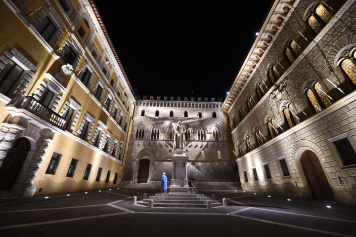 2016-06-29 21:19:40 This picture taken on June 29, 2016 shows the Head Office of Monte dei Paschi di Siena Bank in Siena. / AFP PHOTO / GIUSEPPE CACACE
