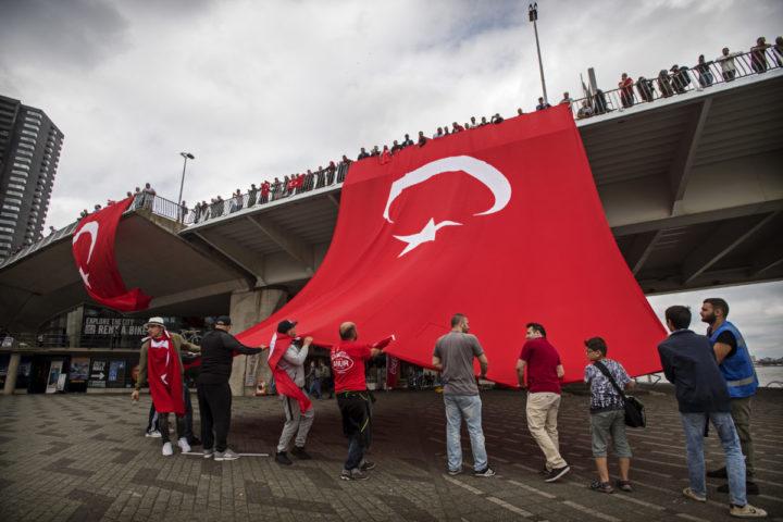 2016-07-16 16:21:12 ROTTERDAM - Nederlandse Turken betogen bij de Erasmusbrug in Rotterdam tegen de mislukte staatsgreep in Turkije. ANP MARTEN VAN DIJL