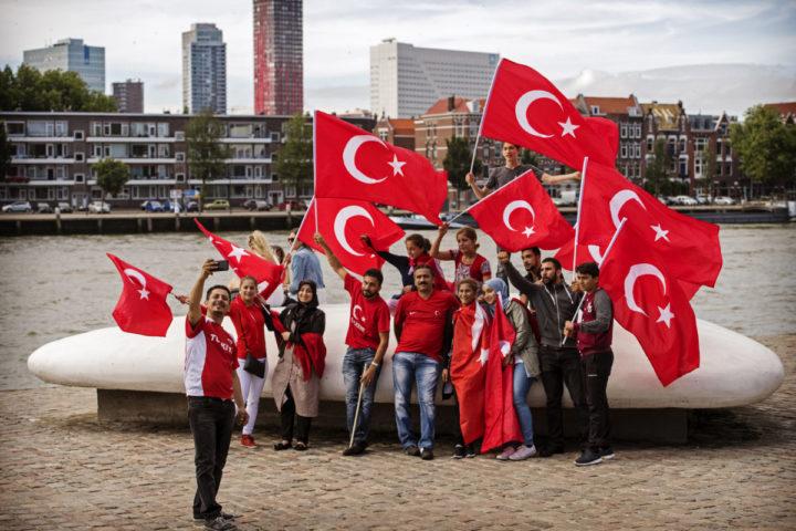 2016-07-16 17:23:55 ROTTERDAM - Nederlandse Turken betogen bij de Erasmusbrug in Rotterdam tegen de mislukte staatsgreep in Turkije. ANP MARTEN VAN DIJL