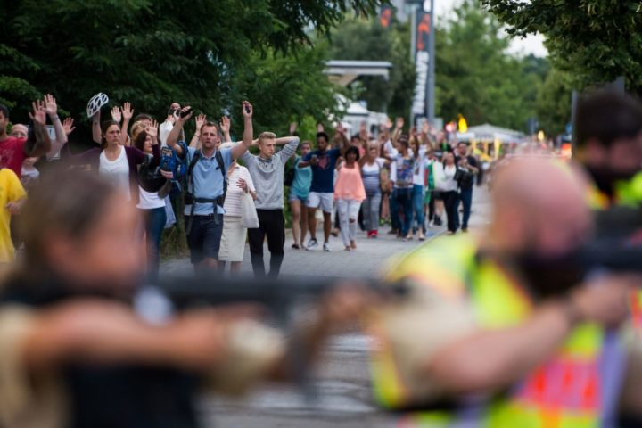 Police evacuates people from the shopping mall in Munich on July 22, 2016 following a shootings earlier. At least one person has been killed and 10 wounded in a shooting at a shopping centre in Munich on Friday, German police said. / AFP PHOTO / STR