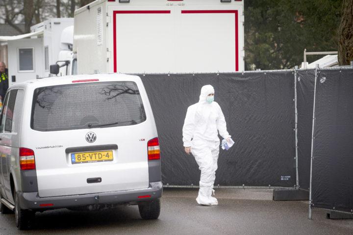 2016-03-04 16:41:20 BILTHOVEN - De forensische opsporing bij de woning van zakenman Koen Everink aan de Hoflaan waar hij dood is aangetroffen. ANP JEROEN JUMELET
