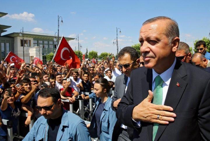 Erdogan loopt langs een menigte van zijn voorstanders - Foto: AFP