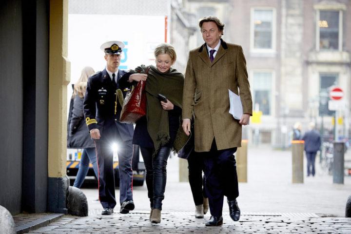 2016-03-18 10:23:23 DEN HAAG - Minister Bert Koenders van Buitenlandse Zaken en minister Jeanine Hennis van Defensie arriveren op het Binnenhof voor de wekelijkse ministerraad. ANP MARTIJN BEEKMAN