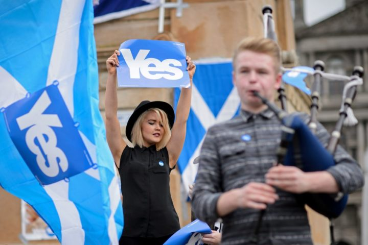 TOPSHOTS People gather for a pro-independence rally in Glasgow's George Square, in Scotland, on September 17, 2014, ahead of the referendum on Scotland's independence. Campaigners for and against Scottish independence scrambled for votes on Wednesday on the eve of a knife-edge referendum that will either see Scotland break away from the United Kingdom or gain sweeping new powers with greater autonomy. AFP PHOTO / LEON NEAL