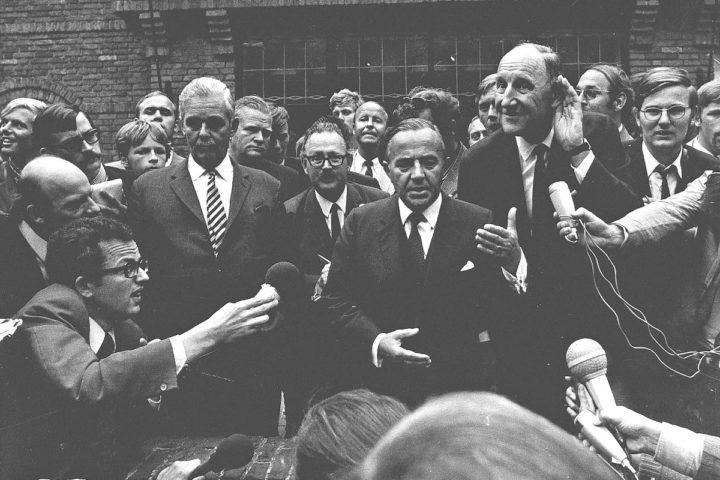 1970-08-31 12:00:00 Burgemeester Geertsema van Wassenaar, minister-president De Jong en minister Luns tijdens de persconferentie, nadat de bezetting van de residentie van de Indonesische ambassadeur was opgeheven.
