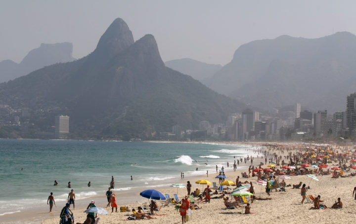 2008-08-19 20:01:00 (FILES) General view of the Ipanema beach in Rio de Janeiro on August 19, 2008. The International Olympic Committee (IOC) will vote on the destiny of the 2016 Summer Olympic Games on October 2, 2009 in Copenhagen after a final round battle between Chicago, Madrid, Tokyo and Rio de Janeiro. AFP PHOTO/VANDERLEI ALMEIDA