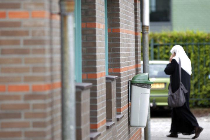 2010-09-24 12:02:49 EINDHOVEN - De El-Fourkaan moskee in Eindhoven. Uit het vrijdag gepubliceerde onderzoek Salafisme in Nederland van het Instituut voor Migratie en Etnische Studies van de Universiteit van Amsterdam blijkt dat officiële salafistische organisaties, moskeeën en predikers in Nederland niet oproepen tot geweld. ANP RUUD VERHALLE