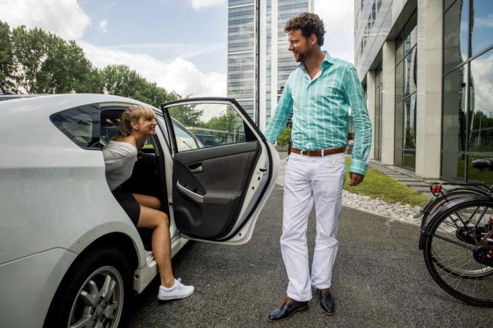 2014-07-30 14:43:34 AMSTERDAM - Een chauffeur van Uber laat een klant uitstappen. Amsterdammers kunnen vanaf vandaag via de taxi-app Uber meerijden met particuliere chauffeurs. In de hoofdstad begint een proef met twintig chauffeurs met de nieuwe service UberPOP, die de helft goedkoper is dan een gewone taxi. ANP REMKO DE WAAL