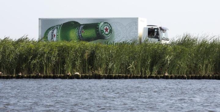 2015-08-13 15:40:55 Leiden - Een vrachtauto  van Heineken bier rijdt door het Hollands landschap. ANP COPYRIGHT KOEN SUYK