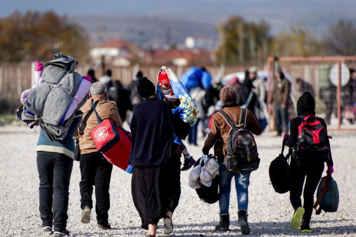 2015-12-10 12:07:03 GEVGELIJA - Vluchtelingen met kinderen tijdens een bezoek aan het vluchtelingenkamp Vinojug. Kinderombudsman Marc Dullaert is in Macedonie op uitnodiging van SOS kinderdorpen om het huidige probleem rondom kindvluchtelingen aan te kaarten in het grensgebied tussen Macedonie en Griekenland. ANP ROBIN VAN LONKHUIJSEN