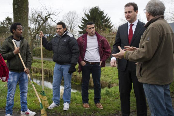 2016-02-01 16:48:34 UTRECHT - Minister Lodewijk Asscher van Sociale Zaken tijdens een werkbezoek aan ecologisch tuinenpark De Driehoek. In dit volkstuinencomplex is het voor vluchtelingen mogelijk om vrijwilligerswerk te doen. ANP PIROSCHKA VAN DE WOUW