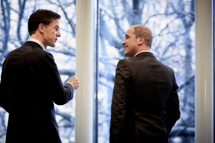 2016-03-01 14:43:03 DEN HAAG - Minister-president Mark Rutte (L) en PvdA fractievoorzitter Diederik Samsom tijdens het vragenuur in de Tweede Kamer. ANP MARTIJN BEEKMAN