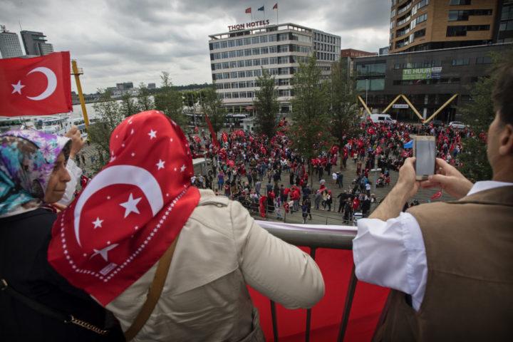 2016-07-16 16:16:25 ROTTERDAM - Nederlandse Turken betogen bij de Erasmusbrug in Rotterdam tegen de mislukte staatsgreep in Turkije. ANP MARTEN VAN DIJL