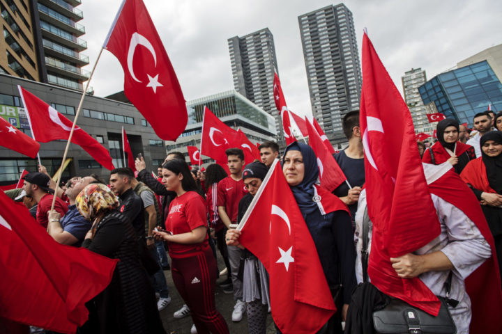 2016-07-16 16:30:59 ROTTERDAM - Nederlandse Turken betogen bij de Erasmusbrug in Rotterdam tegen de mislukte staatsgreep in Turkije. ANP MARTEN VAN DIJL