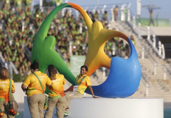 2016-08-04 19:37:50 epa05455687 Volunteers take pictures in front of a sculpture depicting the official logo of the Rio 2016 Olympics, in the Olympic Park at the Rio 2016 Olympic Games in Rio de Janeiro, Brazil, 04 August 2016. EPA/MICHAEL REYNOLDS
