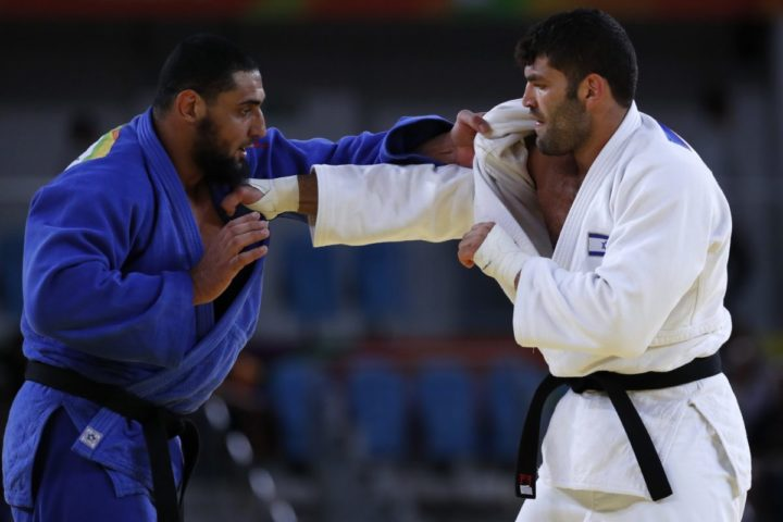 2016-08-12 13:32:39 epa05477143 Or Sasson of Israel (R) and Islam El Shehaby of Egypt (L) in action in the men's +100kg bout of the Rio 2016 Olympic Games Judo events at the Carioca Arena 2 in the Olympic Park in Rio de Janeiro, Brazil, 12 August 2016. EPA/ORLANDO BARRIA