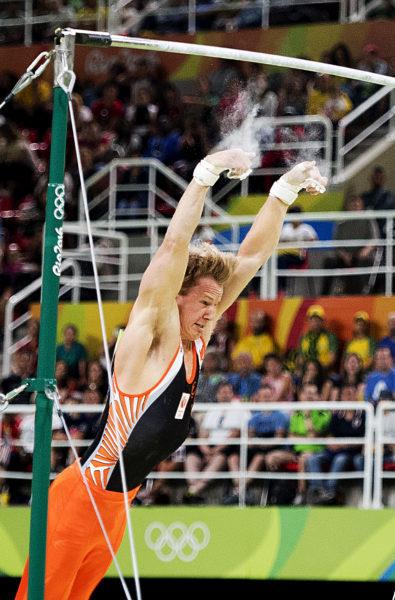 2016-08-16 20:48:11 RIO DE JANEIRO - Epke Zonderland valt uit de rekstok tijdens de toestelfinale turnen op de Olympische Spelen van Rio. ANP ROBIN UTRECHT