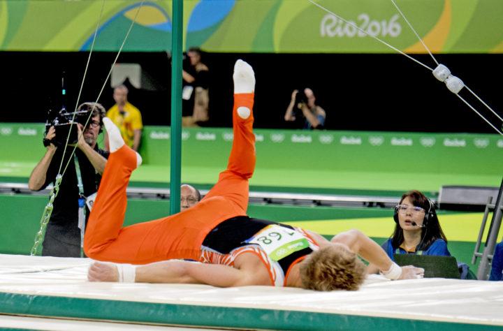 2016-08-16 20:48:17 RIO DE JANEIRO - Epke Zonderland valt uit de rekstok tijdens de toestelfinale turnen op de Olympische Spelen van Rio. ANP ROBIN UTRECHT