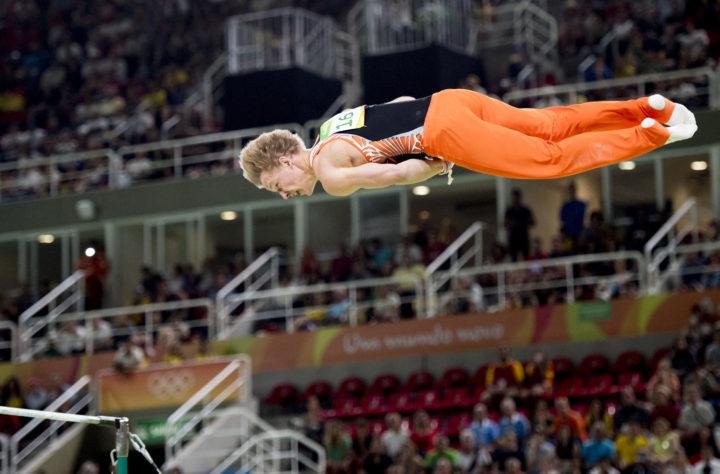 2016-08-16 21:13:30 RIO DE JANEIRO - Epke Zonderland op rek tijdens de toestelfinale turnen op de Olympische Spelen van Rio. ANP ROBIN UTRECHT
