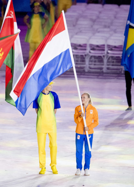 2016-08-22 00:00:00 RIO DE JANEIRO - Sanne Wevers met de Nederlandse vlag tijdens de sluitingsceremonie van de Olympische Spelen van Rio in het Maracana stadion. ANP ROBIN UTRECHT