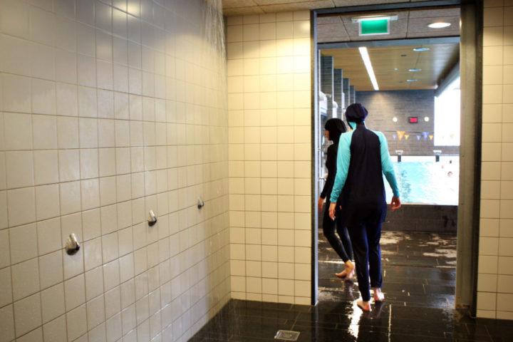2008-03-03 16:13:11 AMSTERDAM - Dames met burqini in het zwembad. ANP PHOTO VALERIE KUYPERS