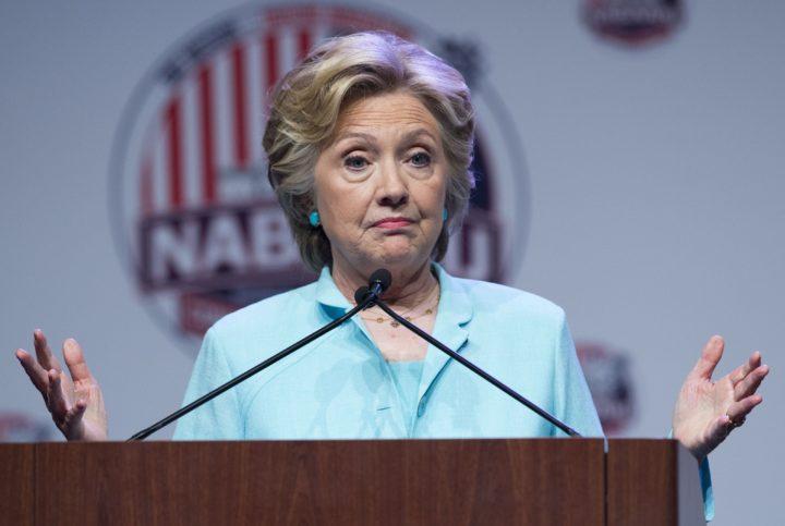 Presidentskandidaat Hillary Clinton wist met het e-mailschandaal steeds de dans te ontspringen - Foto: AFP