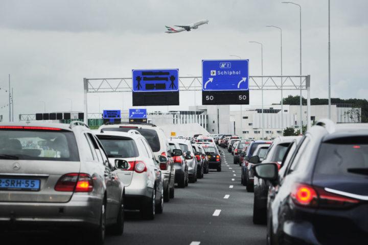 2016-07-30 10:01:19 SCHIPHOL - Op de snelweg A4 naar Schiphol staan lange files door extra controles van de marechaussee. ANP EVERT ELZINGA