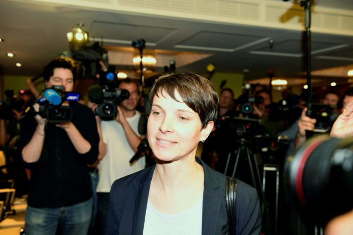 2016-05-23 09:13:16 Germany's right-wing populist Alternative for Germany (AfD) co-chair Frauke Petry (C) arrives for the meeting with the Central Council of Muslims in Germany, in Berlin, on May 23, 2016. / AFP PHOTO / TOBIAS SCHWARZ