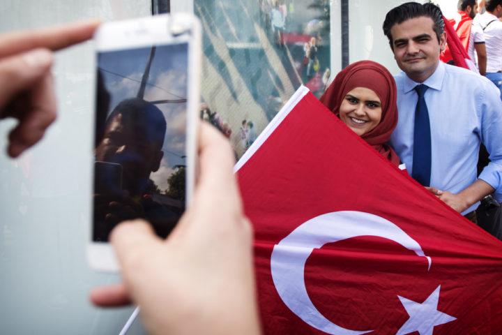 2016-07-16 16:57:14 ROTTERDAM - Tunahan Kuzu (fractievoorzitter Denk) gaat op de foto met Nederlandse Turken die zich bij de Erasmusbrug in Rotterdam hebben verzameld om te betogen tegen de mislukte staatsgreep in Turkije. ANP MARTEN VAN DIJL