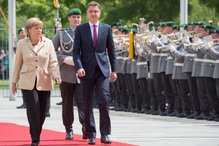 2014-06-20 00:00:00 epa04268540 German Chancellor Angela Merkel (L) receives Estonian Prime Minister Taavi Roivas (R) with military honors in front of the chancellery in Berlin, Germany, 20 June 2014. Roivas is on an official visit to Germany. EPA/TIM BRAKEMEIER