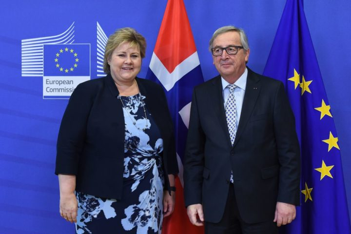 2016-03-02 16:55:58 (FILES) This file photo taken on March 02, 2016 in Brussels shows Norway's Prime Minister Erna Solber (L) posing with European Commission President Jean-Claude Juncker at the European Commission. Hailed as a model by the pro-Brexit camp, Norway rejected European Union membership in two referendums in 1972 and 1994 but it is still closely linked to the bloc through its membership in the European Economic Area (EEA). / AFP PHOTO / EMMANUEL DUNAND