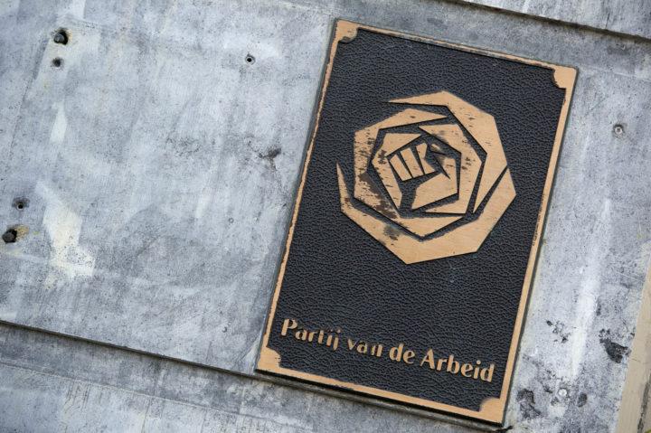 2012-02-20 17:04:53 AMSTERDAM - Logo van de Partij van de Arbeid op het partijkantoor in Amsterdam. ANP EVERT ELZINGA