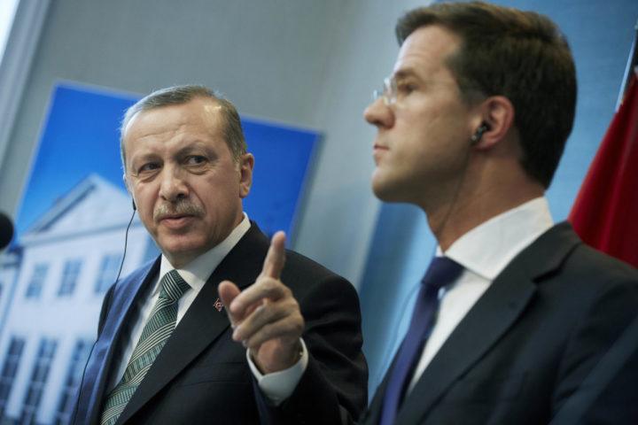 2013-03-21 15:41:35 DEN HAAG - Premier Mark Rutte (R) en zijn Turkse collega Recep Tayyip Erdogan tijdens de persconferentie na hun bespreking in het Catshuis. Erdogan brengt op uitnodiging van Rutte een officieel bezoek aan Nederland. ANP MARTIJN BEEKMAN