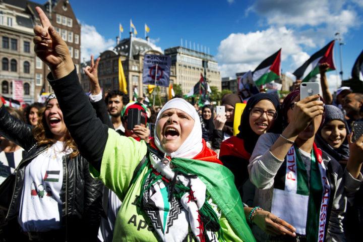 2014-08-23 15:28:40 AMSTERDAM - Een demonstrant roept leuzen tijdens een pro-Palestina-demonstratie op de Dam. De actievoerders keerden zich tegen de hervatte aanvallen op Gaza, de voortdurende blokkade van Gaza en de Israelische bezetting van Palestina. ANP KOEN VAN WEEL