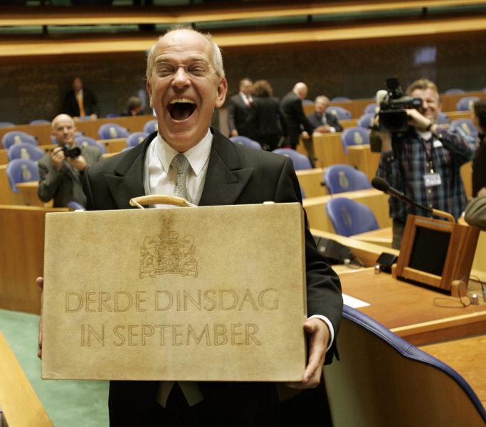 2006-09-19 13:59:21 DEN HAAG - Minister van Financien Gerrit Zalm toont dinsdagmiddag, Prinsjesdag, het koffertje met de miljoenennota. ANP PHOTO ROBERT VOS