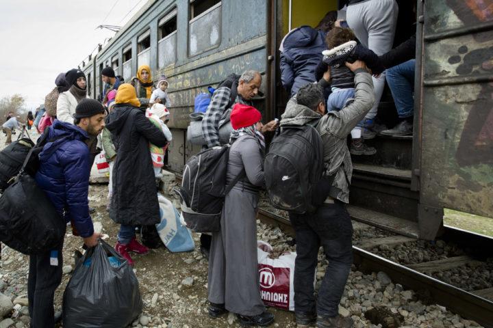 2016-02-14 00:00:00 VINOJUG - Vluchtelingen die net over de grens van Macedonie en Griekenland zijn gekomen stappen op een trein naar Servie bij het doorgangskamp in Vinojug. ANP BART MAAT