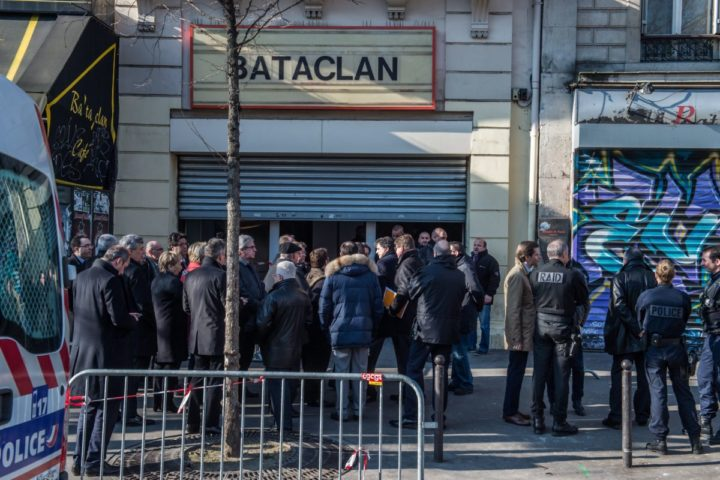 2016-03-17 13:34:01 epa05216070 French Mp's and police members stand outside the Bataclan theater venue as a French parliamentary enquiry commitee into possible security failings over two major terror attacks in Paris in 2015, visits the building in Paris, France, 17 March 2016. French parliamentary enquiry commitee visits the Bataclan concert hall in Paris where jihadist gunmen killed 90 people in November 2015. EPA/CHRISTOPHE PETIT TESSON