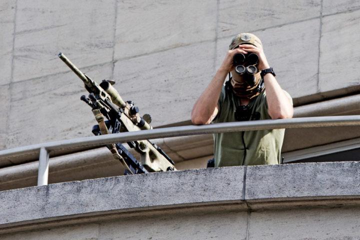 2016-07-21 10:37:09 BRUSSEL- Militairen bewaken de omgeving tegenover de kerk waar de dienst ter ere van de nationale feestdag wordt gehouden. ANP ROBIN UTRECHT