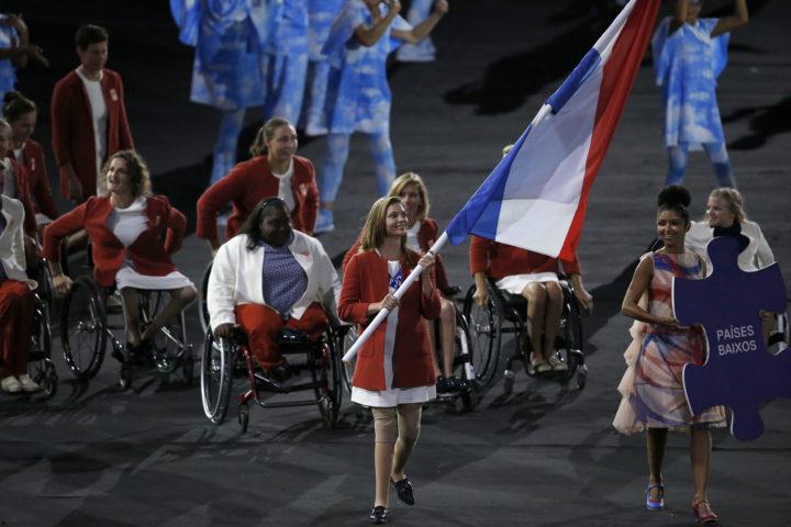 2016-09-07 20:09:58 RIO DE JANEIRO -Marlou van Rhijn draagt de Nederlandse vlag in het Maracana stadion tijdens de openingsceremonie van de Paralympische Spelen. ANP HENK-JAN DIJKS