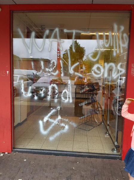 2016-09-11 13:37:51 ZAANDAM - Een supermarkt in de wijk Poelenburg is beklad met een hakenkruis en de tekst Wat jullie weik ons land. De politie heeft een aangifte opgemaakt voor vernieling en baldadigheid. De wijk kwam afgelopen dagen in het nieuws door klachten over overlast en intimidatie bij de supermarkt door Turks-Nederlandse jongeren. ANP HANDOUTS **NO ARCHIVES / NO SALES / FOR EDITORIAL USE ONLY**