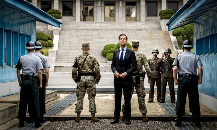 2016-09-28 14:44:37 PANMUNJEOM - Minister-president Mark Rutte brengt een bezoek aan de Conference Row in de JSA (Joint Security Area) op de grens van Noord- en Zuid-Korea. De premier is in Zuid-Korea voor een handelsmissie. ANP REMKO DE WAAL