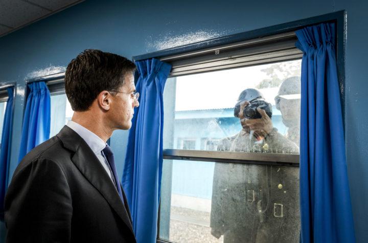 2016-09-28 14:50:02 PANMUNJEOM - Minister-president Mark Rutte kijkt in de lens van een Noord-Koreaanse militair tijdens zijn bezoek aan de Conference Row in de JSA (Joint Security Area) op de grens van Noord- en Zuid-Korea. De premier is in Zuid-Korea voor een handelsmissie. ANP REMKO DE WAAL