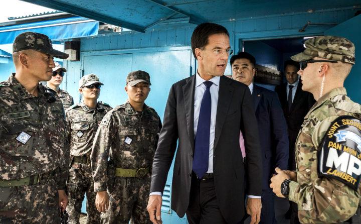 2016-09-28 14:55:28 PANMUNJEOM - Minister-president Mark Rutte brengt een bezoek aan de Conference Row in de JSA (Joint Security Area) op de grens van Noord- en Zuid-Korea. De premier is in Zuid-Korea voor een handelsmissie. ANP REMKO DE WAAL