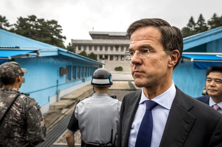 2016-09-28 14:57:02 PANMUNJEOM - Minister-president Mark Rutte brengt een bezoek aan de Conference Row in de JSA (Joint Security Area) op de grens van Noord- en Zuid-Korea. De premier is in Zuid-Korea voor een handelsmissie. ANP REMKO DE WAAL