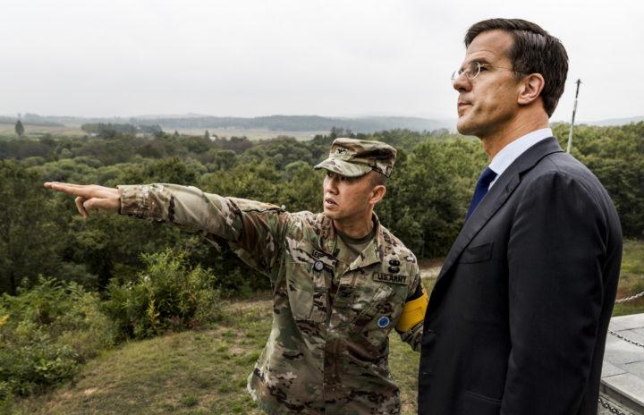 2016-09-28 15:05:38 PANMUNJEOM - Minister-president Mark Rutte brengt een bezoek aan de Conference Row in de JSA (Joint Security Area) op de grens van Noord- en Zuid-Korea. De premier is in Zuid-Korea voor een handelsmissie. ANP REMKO DE WAAL