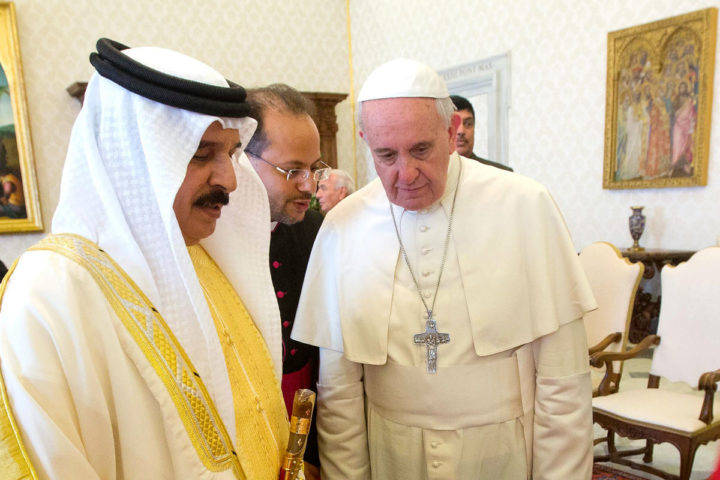 2014-05-19 00:00:00 epa04213909 Pope Francis (R), exchanges gifts with King of Bahrain, Hamad bin Isa Al Khalifah (L), during a private audience at the Vatican on 19 May 2014. EPA/CLAUDIO PERI